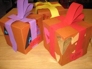 als hoedidee kun je pakjes op hoeden maken en zwarte pieten mutsen: www.jufjanneke.nl/wordpress/sinterklaas-komt-er-aan